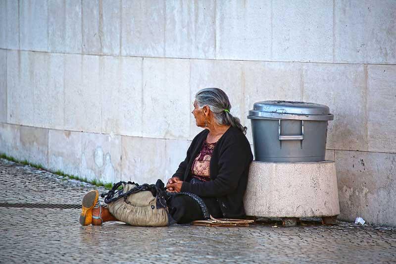 Eine Bettlerin auf der Straße