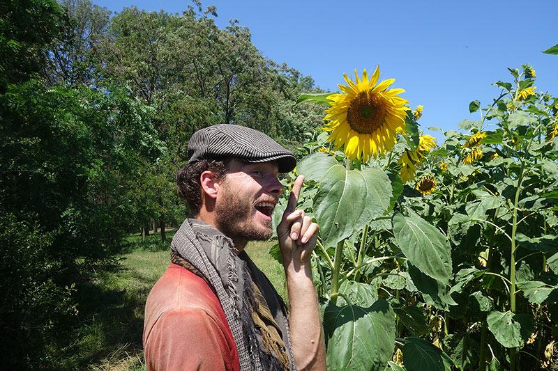 Survivalexperte Heiko Gärtner bei der Erkundung seiner Umgebung