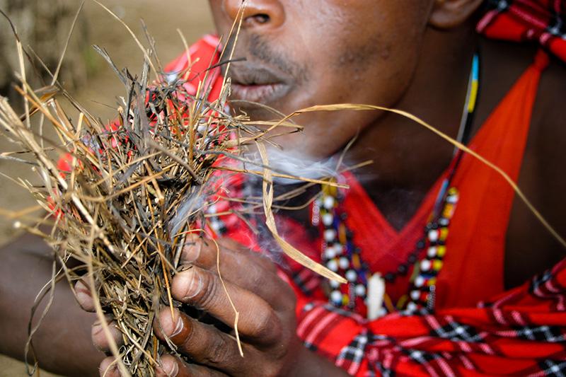 Afrikanischer Schamane beim Feuermachen.
