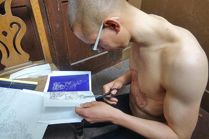 Franz Bujor bereitet die Tattoovorlage für den nächsten Tag vor.