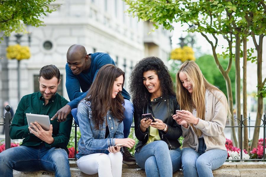 Vor lauter Handyconsum nehmen wir die Außenwelt nur noch wenig wahr.