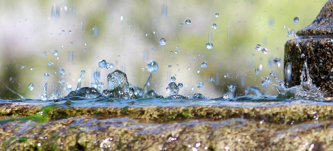 Der Regen prasselt seit Tagen auf die Erde herab.