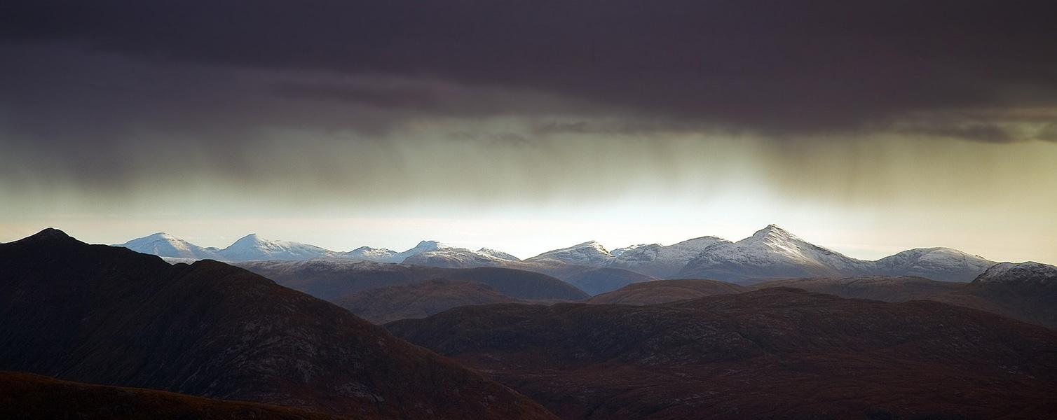 Schwere dunkle Regenwolken über dem Gebirge