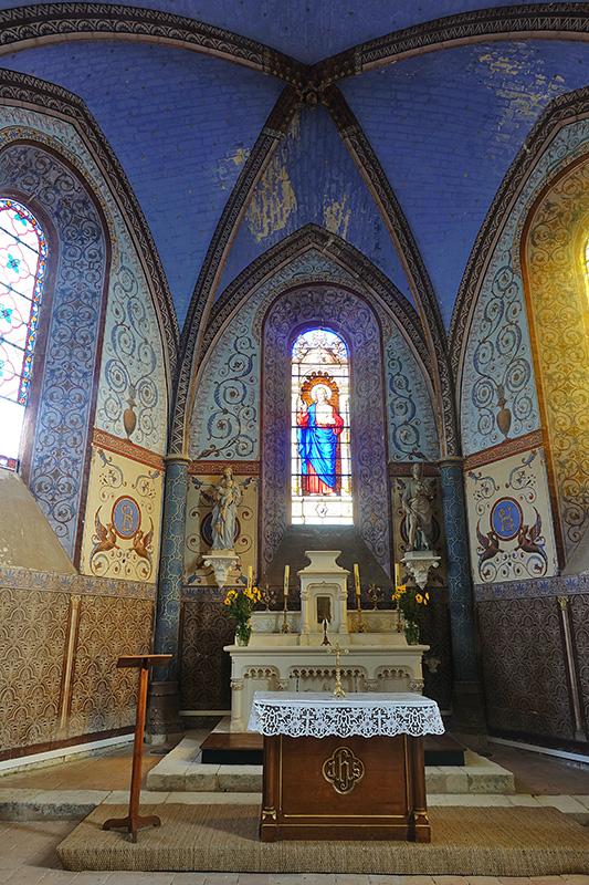 Die Kuppel der Kirche leuchtet in blauem Licht