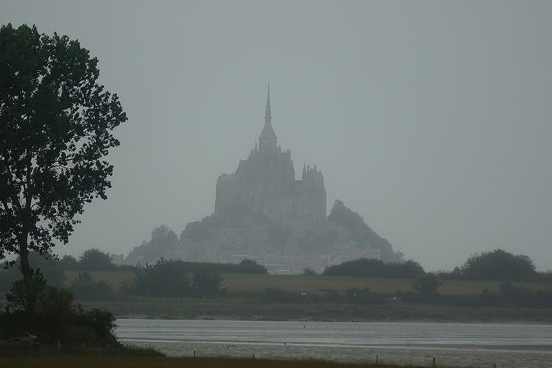 Silhouette von Mount Saint Michelle im Nebel