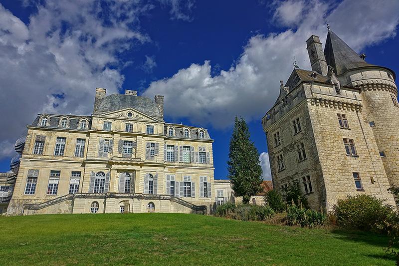 Blick auf die Villa mit Burgturm