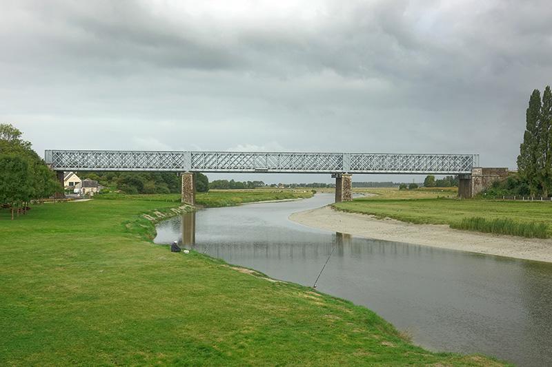 Bis zu dieser Brücke kann man auf den alten Schienen wandern.