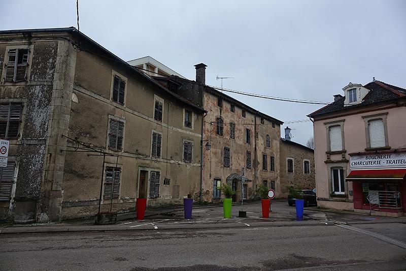 Das Zentrum von Bainsl-les-Bains mit der Pilgerherberge links im Bild
