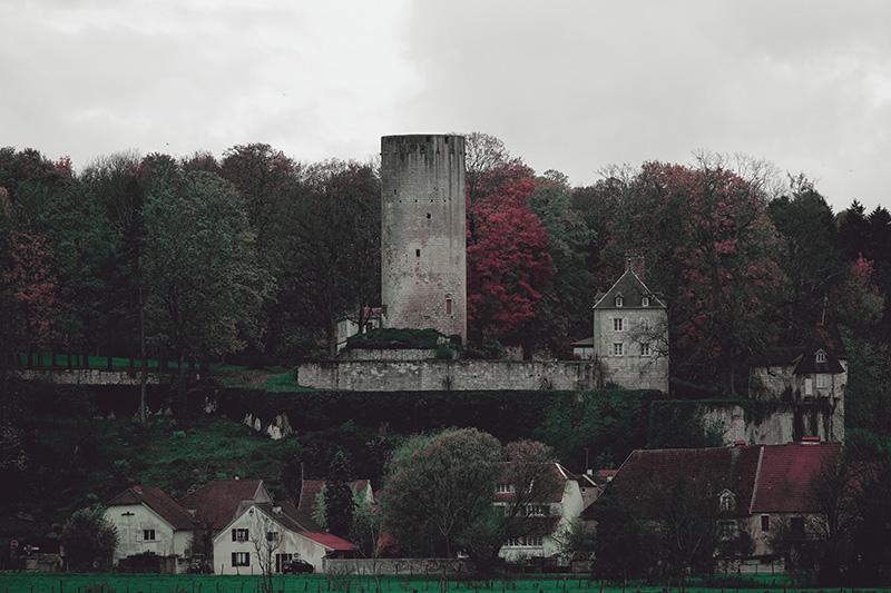 Selbst die Burg passt sich in das trüber Einheitsgrau ein.