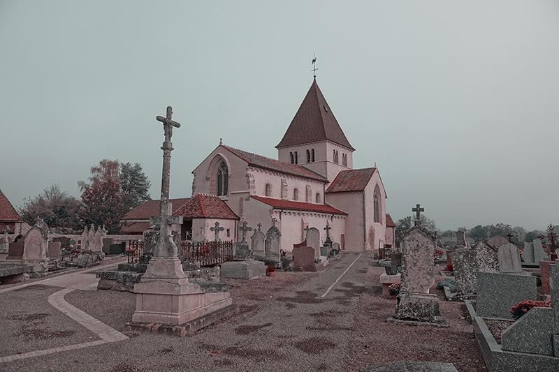Die Kirche im Zentrum des Friedhofs