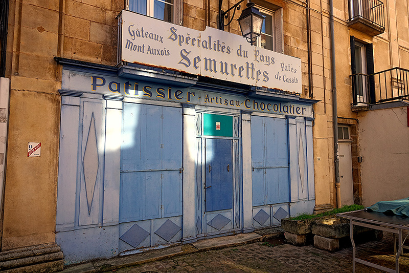 Ein Hinterhofladen mit blauen Türen