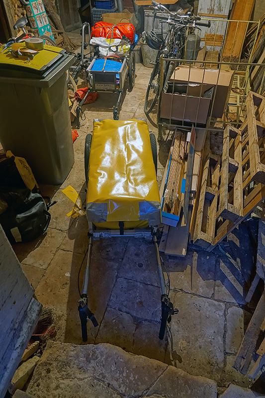 Ein improvisierter Pilgerwagen-Regenschutz