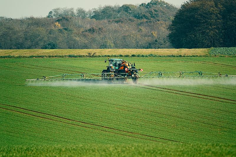 Ein Industrielandwirt verteilt Spritzmittel auf seinen Feldern.
