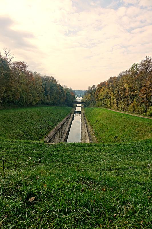 Der Wanderweg führt lange am Kanal entlang