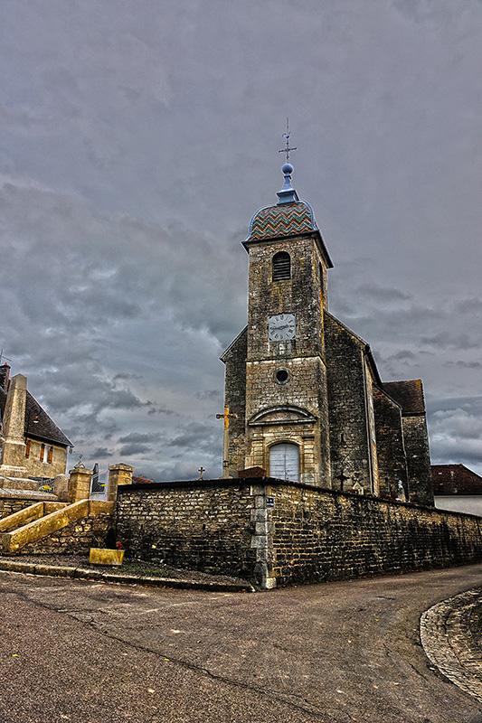 Die Dorfkirche liegt genau in der Straßengabelung