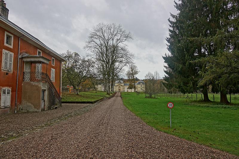 Was ist beeindruckender? Das Schloss oder die Hofeinfahrt?