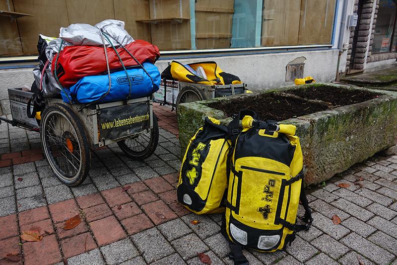 Unser Pilgergepäck verteilt auf dem Marktplatz
