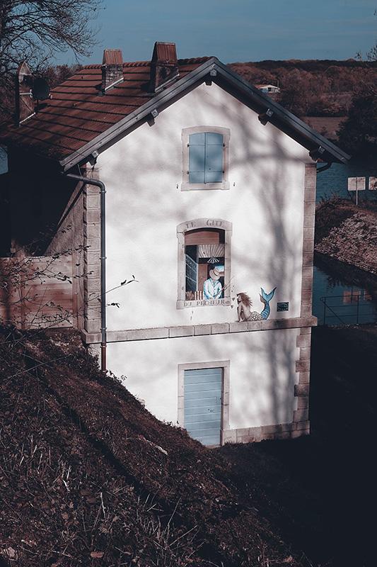 Schläusenhaus mit dem Gemälder einer Meerjungfrau auf der Wand