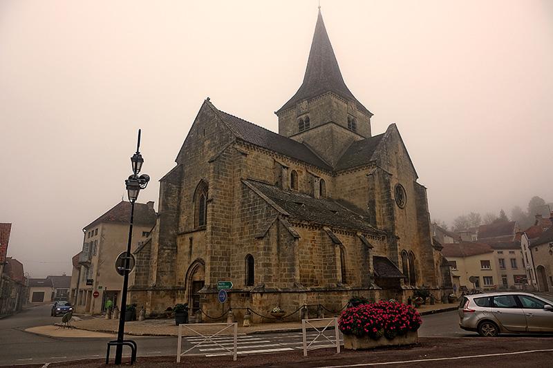 Die steinerne Kirche ist von dichtem Nebel umgeben.