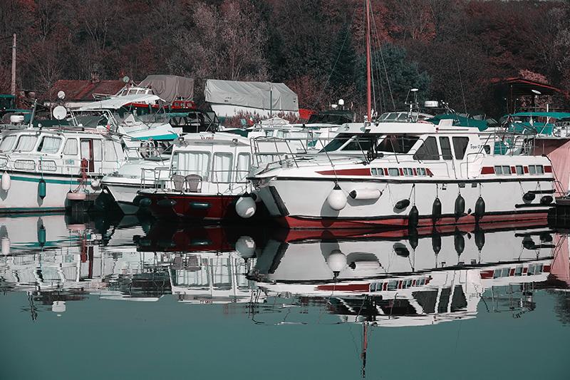 Der Yachthafen am Flussufer