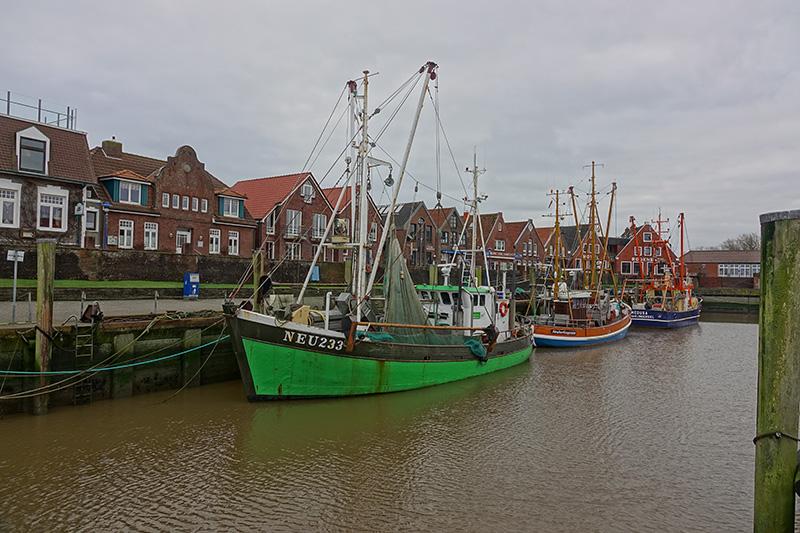 Das erste Mal echtes Urlaubsfeeling in Ostfriesland: Ein kleiner Fischerhafen an der Nordsee