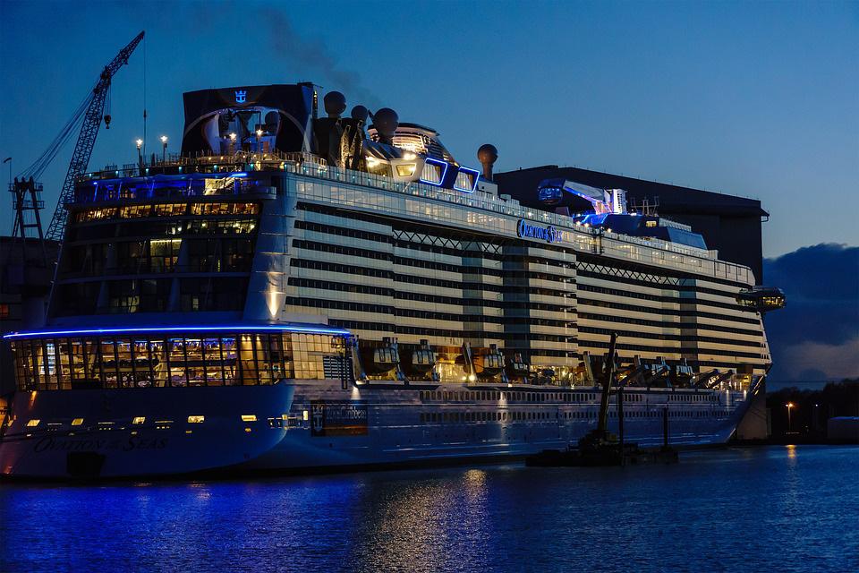 Die Wert und ein Kreuzfahrtschiff bei Nacht
