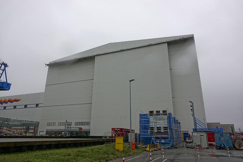 die große Produktionshalle der Meyerwerft in Papenburg