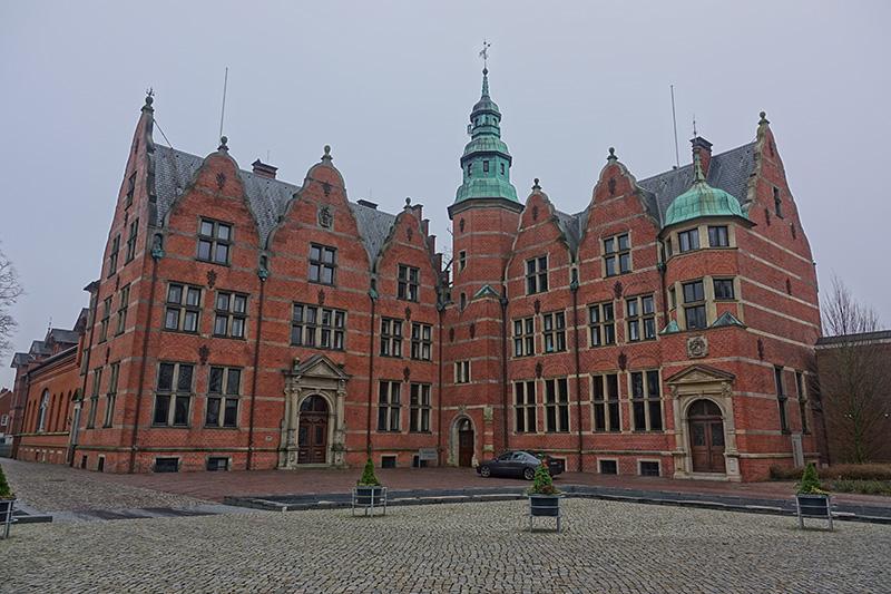 Ein Rathaus vor dem ewig grauen Himmel
