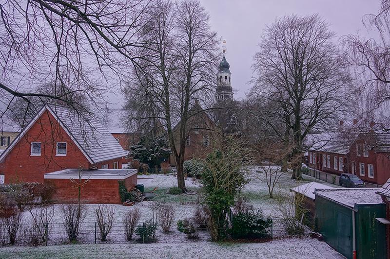 Der Schnee lässt die Stadt ein bisschen freundlicher aussehen