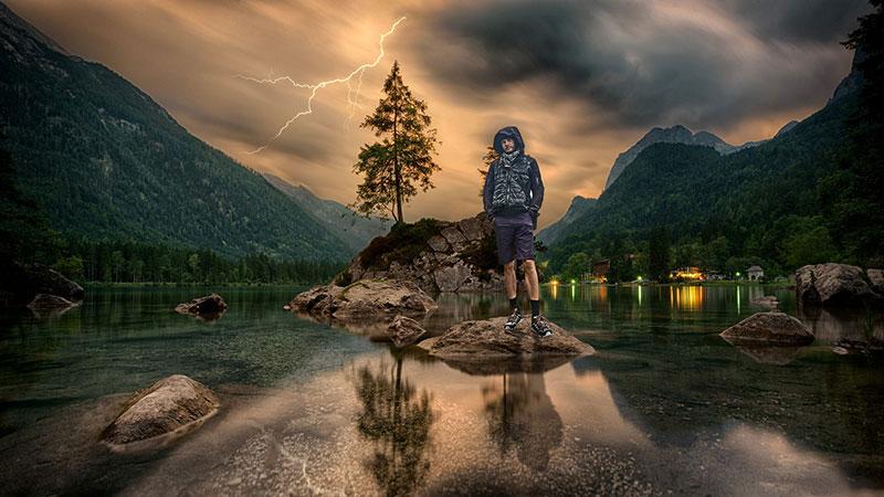 Der Survivalexperte Heiko Gärtner beobachtet das Wetter
