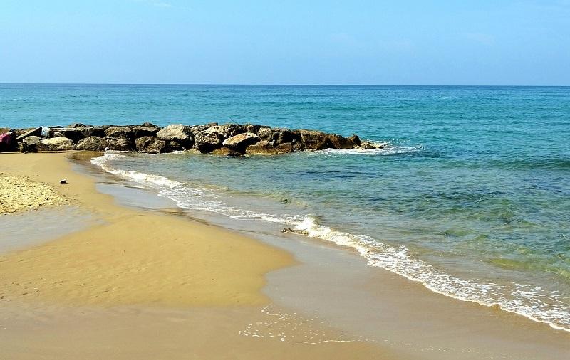 Die Wellenbrecher sorgen für ruhiges Wasser am Strand