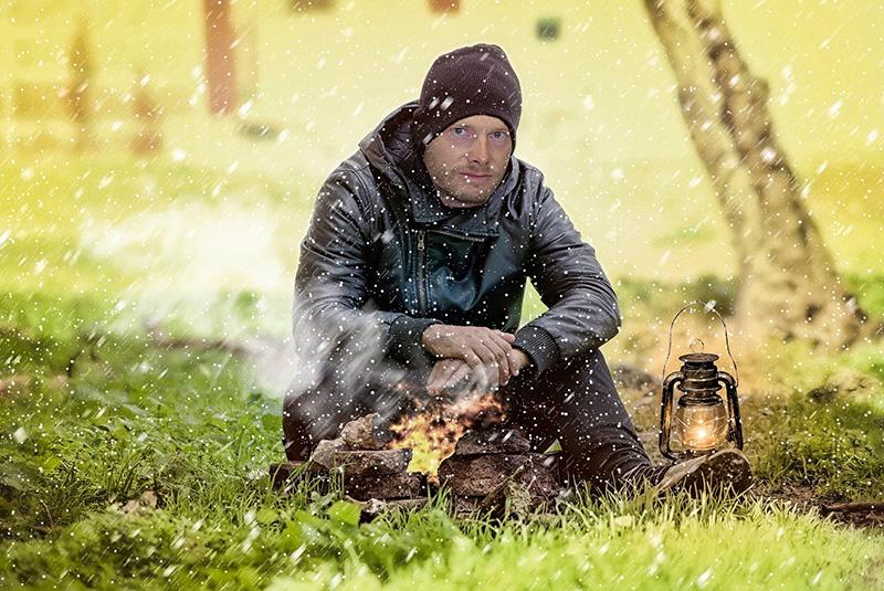 Heiko Gärtner wärmt sich am Feuer