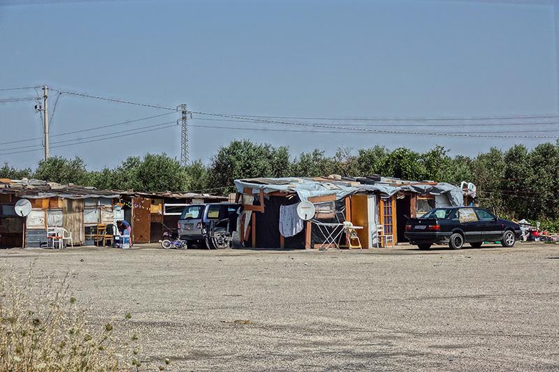 Arbeiterfamilien aus Rumänien und Bulgarien leben in selbstgebauten Mülldörfern