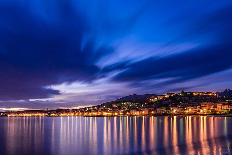 Der Blick bei Nacht auf die Küste Kalabriens