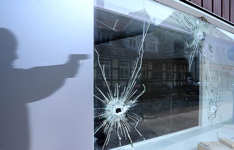 Zerstörte Schaufensterscheibe nach einer fehlenden Schutzgeldzahlung