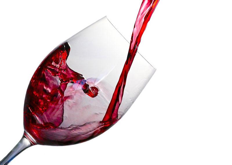 Auch Weingläser eignen sich als Weingeschenk