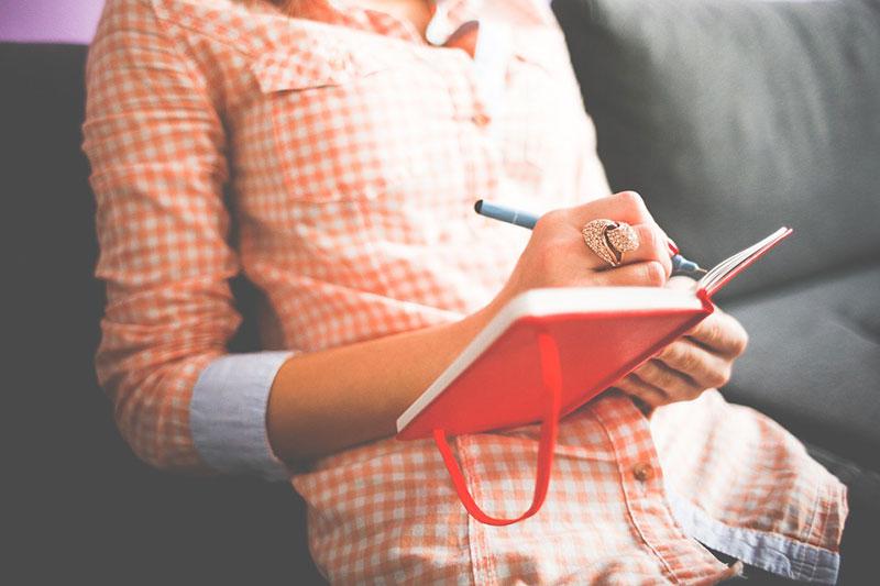 Das Schreiben eines Gefühlstagebuchs hilft beim Training der Intuition und der inneren Stimme.