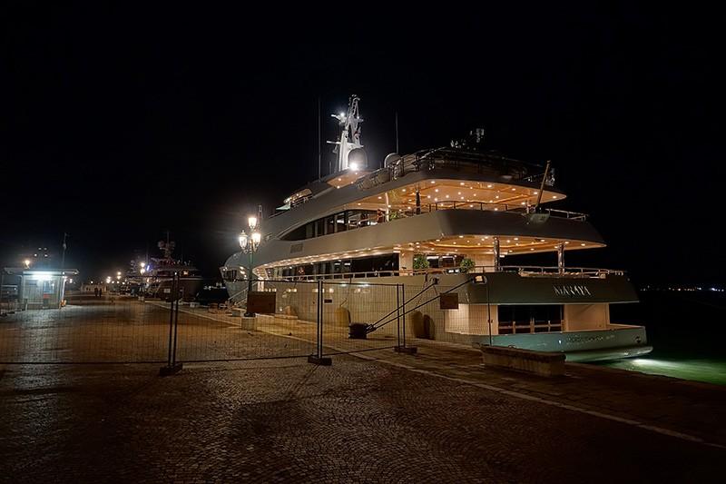 Beim Spaziergang am Hafen kann man die Luxusyachten betrachten
