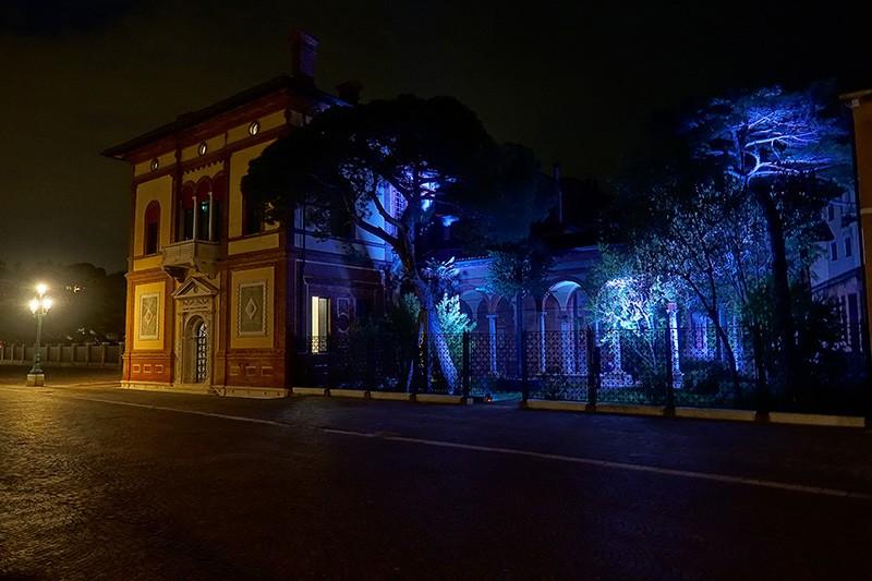 Die bunten Lichter verleihen der Stadt der Liebe eine besondere Atmosphäre