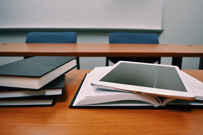Schulbücher werden immer mehr durch moderne Medien ersetzt.
